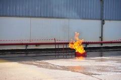de groep de brandbestrijdersmens is inspuit nevel het water aan brandacc Royalty-vrije Stock Fotografie