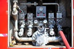 de groep de brandbestrijdersmens is inspuit nevel het water aan brandacc Royalty-vrije Stock Afbeelding