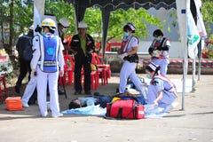 de groep de brandbestrijdersmens is inspuit nevel het water aan brandacc Stock Afbeelding