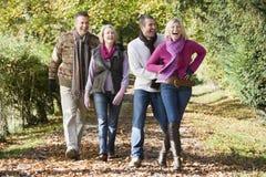 De groep die van de familie door hout loopt stock fotografie