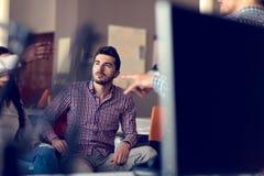 De groep freelancers werkt aan het nieuwe ontwerpproject in de moderne coworking ruimte royalty-vrije stock fotografie
