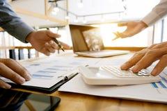 De groep de gegevens van de directeurenanalyse documenteert en berekenend over prijsbelasting op een kantoor stock afbeelding