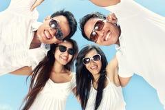 De groep gelukkige jongeren heeft pret op de zomerdag Royalty-vrije Stock Foto's