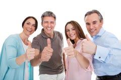 De groep gelukkige mensen die duim tonen ondertekent omhoog stock foto