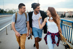 De groep gelukkige vrienden hangt uit samen royalty-vrije stock afbeelding