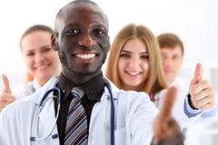 De groep geneeskunde artsenhanden toont O.K. of goedkeuringsteken stock afbeeldingen