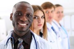 De groep glimlachende vriendschappelijke geneeskunde artsen kijkt in camera stock foto