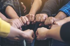 De groep het commerciële teamwerk sluit zich aan bij hun handen samen met macht en succesvol royalty-vrije stock foto
