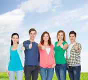 De groep het glimlachen studenten het tonen beduimelt omhoog Royalty-vrije Stock Afbeeldingen