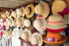 De groep hoed voor de zomer, strandvakantie hangt op het rek Royalty-vrije Stock Foto