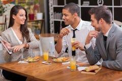 De groep jong Zakenlui geniet van in lunch bij restaurant Royalty-vrije Stock Afbeelding