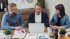 De groep jonge bedrijfsmensen beëindigde met succes het project die hoogte vijf geven stock videobeelden