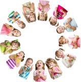 De groep jonge geitjes of de kinderen eten roomijs in cirkel Royalty-vrije Stock Afbeeldingen