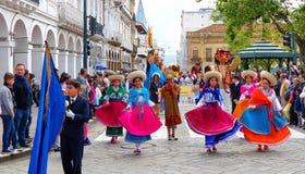 De groep jonge geitjesdansers kleedde zich in kleurrijke kostuums bij de parade, Cuenca royalty-vrije stock afbeelding