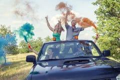 De groep jonge kerels heeft pret met gekleurde rookslepen Royalty-vrije Stock Foto's