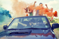 De groep jonge kerels heeft pret met gekleurde rookslepen Stock Foto's