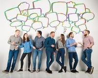 De groep jongens en de meisjes spreken het spreken aan elkaar Concept sociale mensen stock fotografie