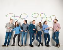 De groep jongens en de meisjes spreken het spreken aan elkaar Concept sociale mensen royalty-vrije stock fotografie