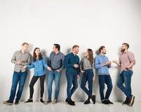 De groep jongens en de meisjes spreken het spreken aan elkaar Concept sociale mensen stock afbeeldingen