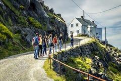 De groep jongeren reist rond Noorwegen stock foto's