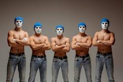 De groep Kaukasische mensen in witte maskers en hoeden, jeans Stock Afbeeldingen
