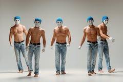 De groep Kaukasische mensen in witte maskers en hoeden, jeans Stock Foto