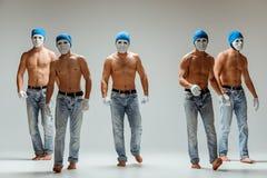 De groep Kaukasische mensen in witte maskers en hoeden, jeans Stock Fotografie