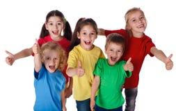 De groep kinderen met duimen ondertekent omhoog Stock Fotografie