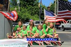 De groep kinderen op vlotter, in 4 de parade van Juli, Saratoga springt, New York, 2016 op Stock Afbeeldingen