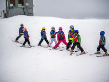 De groep kleine skiërs treft voor afdaling van het onderstel voorbereidingen Oostenrijk, Zams op 22 Februari 2015 Stock Foto's
