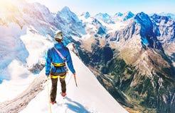 De groep klimmers bereikt de bovenkant van bergpiek Het beklimmen en Stock Afbeeldingen