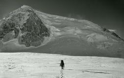 De groep klimmers bereikt de bovenkant van bergpiek Het beklimmen en stock afbeelding