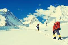De groep klimmers bereikt de top van bergpiek Succes, vrijheid en geluk, voltooiing in bergen Het beklimmen van sport royalty-vrije stock foto's
