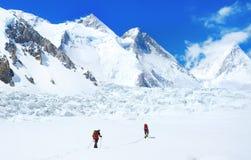 De groep klimmers bereikt de top van bergpiek Succes, vrijheid en geluk, voltooiing in bergen Het beklimmen van sport stock foto's
