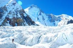 De groep klimmers met rugzakken bereikt binnen de top van Succes van berg het piekeverest, vrijheid en geluk, voltooiing stock foto