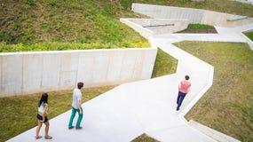 De groep mensen is in het labyrint dichtbij de Rezeknes-kasteelruïnes Royalty-vrije Stock Afbeeldingen
