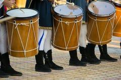 De groep Mensen kleedde zich in Middeleeuwse Kleren Spelend Trommels stock fotografie