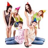 De groep mensen in partijhoed viert verjaardag. Stock Afbeelding