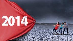De groep mensen trekt nieuw jaar van 2014 Stock Afbeeldingen