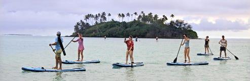 De groep mensen vent het inschepen over Muri-Lagune bij zonsondergang in Ra royalty-vrije stock afbeelding