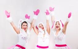 De groep mooie meisjes voelt opgewekt omhoog opheffend hun handen Royalty-vrije Stock Fotografie