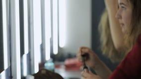 De groep mooie meisjes zit voor spiegel en smartens omhoog voor het uitgaan stock footage