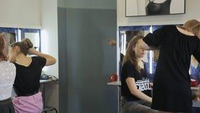 De groep mooie modellen treft voor partij in kleedkamer voorbereidingen stock video