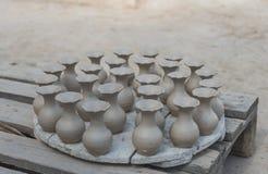 De groep natte aardewerkvaas droog onder de zon Royalty-vrije Stock Fotografie