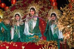 De groep Niet geïdentificeerde mooie vrouw is Fee het presteren en dans tijdens de Chinese Nieuwjaarparade in stad stock fotografie