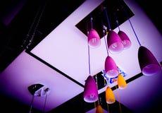 De groep purpere lamp glanst in dark stock foto