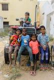 De groep slechte Indische jonge geitjes zit in openlucht op tractor in 11 februari 2018 Puttaparthi, India royalty-vrije stock afbeeldingen