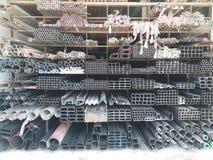 De groep staalprofiel storaged in verschillende vormen dergelijke bar, vierkants, buis en stapelvertoning op opslag Royalty-vrije Stock Fotografie