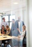 De groep stafmedewerkers verzamelde zich in conferentieruimte royalty-vrije stock foto
