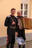 De groep straatuitvoerders gekleed in Duitse Legeruniformen zingt en speelt de harmonika in deze toeristenstad royalty-vrije stock afbeelding